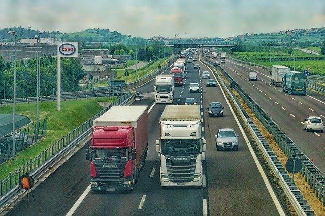 Vrachtwagen en auto op snelweg